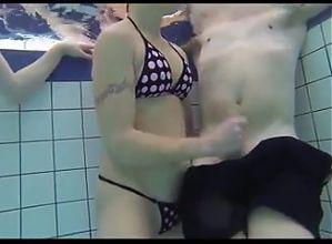 Amiche segano Marco in piscina pubblica